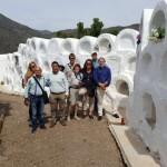 Periodistas alemanes visitan el cementerio redondo de Sayalonga